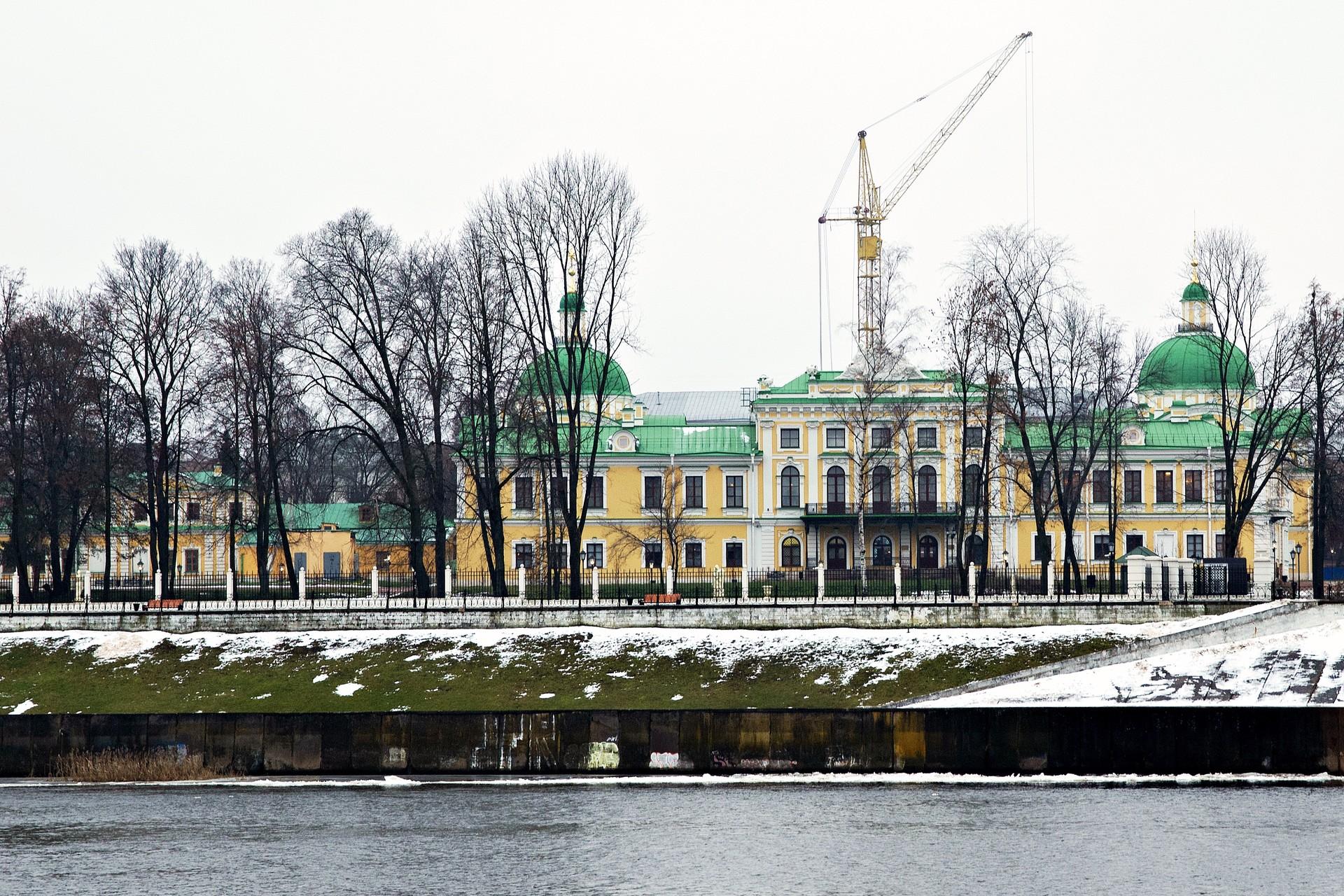 Wenn Sie dann über die Alte Stadtbrücke ans gegenüberliegende Wolgaufer spazieren, sehen Sie den kompletten Palast mit seinem Park. Der Kran im Hintergrund gehört zu den Bauarbeiten an einer Kirche direkt vor dem Palast. Diese war zu Zeiten Stalins gesprengt worden und wird nun wieder aufgebaut.