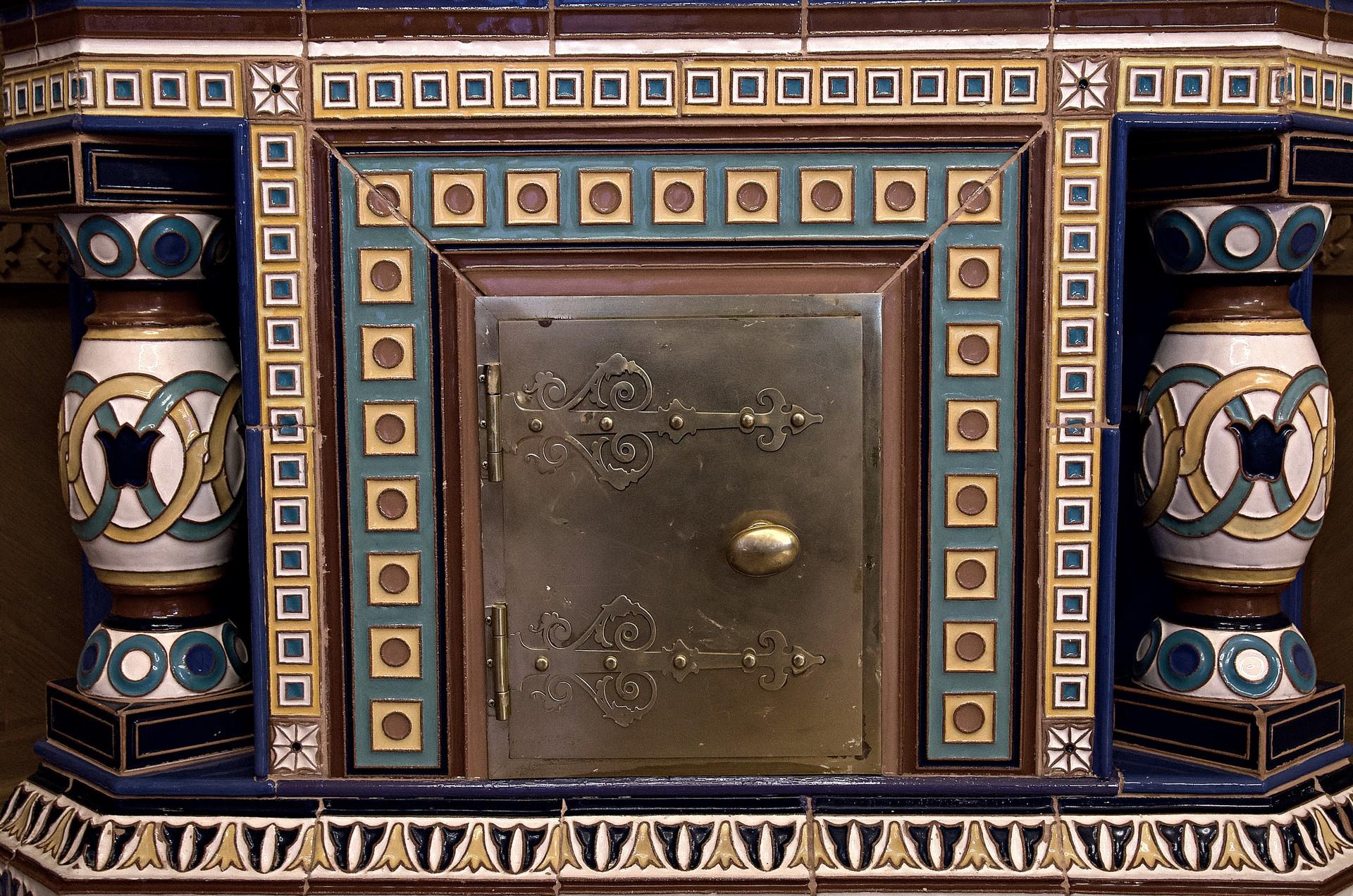 Im herausstechenden Wappensaal (dazu später mehr) finden Sie diese ausgefallenen farbenfrohen Kachelöfen.