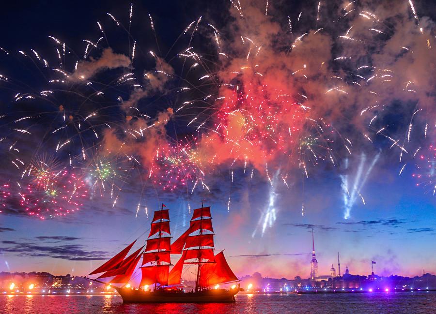 """サンクトペテルブルクで行われた式典""""緋色の帆""""で赤い帆を掲げたスウェーデン船""""トレ・クロノール"""""""