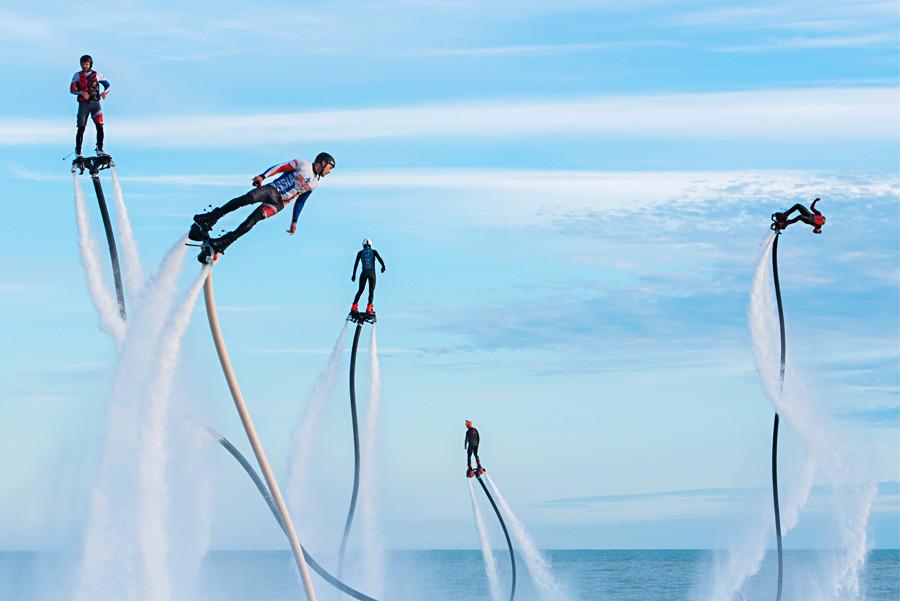 黒海、ソチのスポーツ・イン・ホテルの沖合で行われたフライボード・レコード・インターナショナル・エクストリーム・ウォータースポーツ・フェスティバルの参加者たち