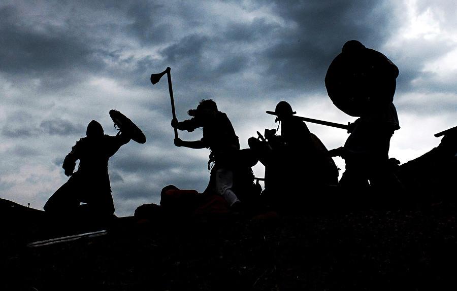 """""""バイキングの戦い""""を演じる、アルシタでの歴史再現イベントの参加者"""