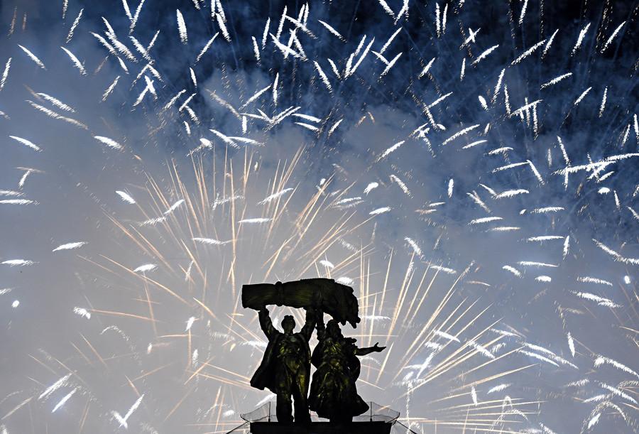 1945年の72年目の戦勝記念日を祝う、モスクワのスカイライン上の花火