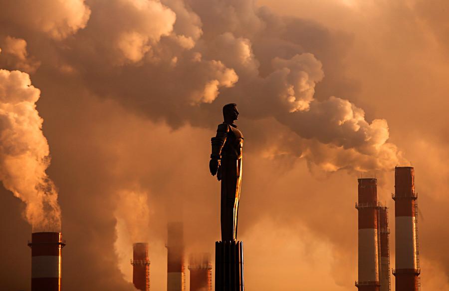モスクワ、気温およそマイナス17℃の中、初の宇宙飛行士ユーリー・ガガーリン像の傍の煙突から立ち上る蒸気
