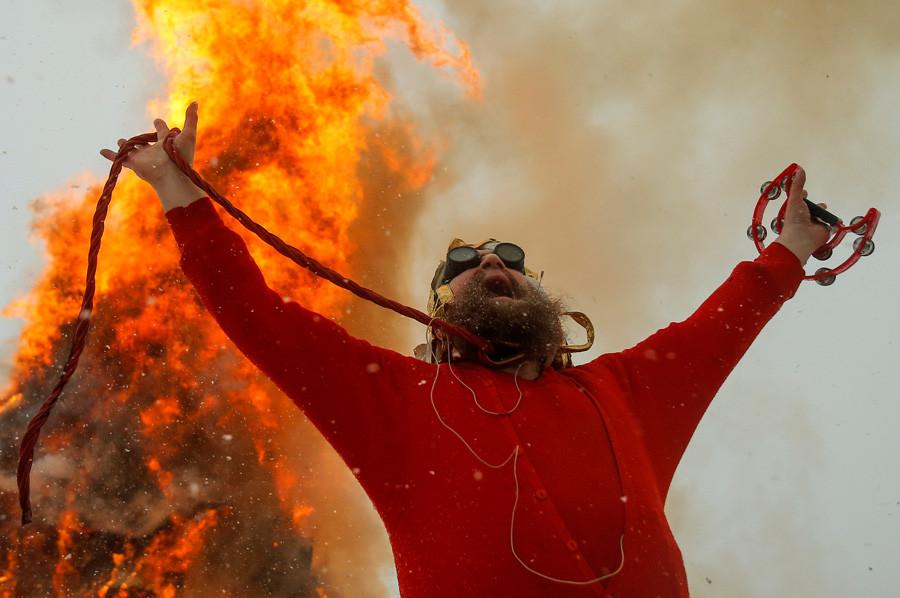 カルーガ州ニコラ・レニヴェツ村、冬の終わりを祝う異教の祭りであるマスレニツァの週のためのパフォーマンスで演じるアーティストのゲルマン・ヴィノグラードフ