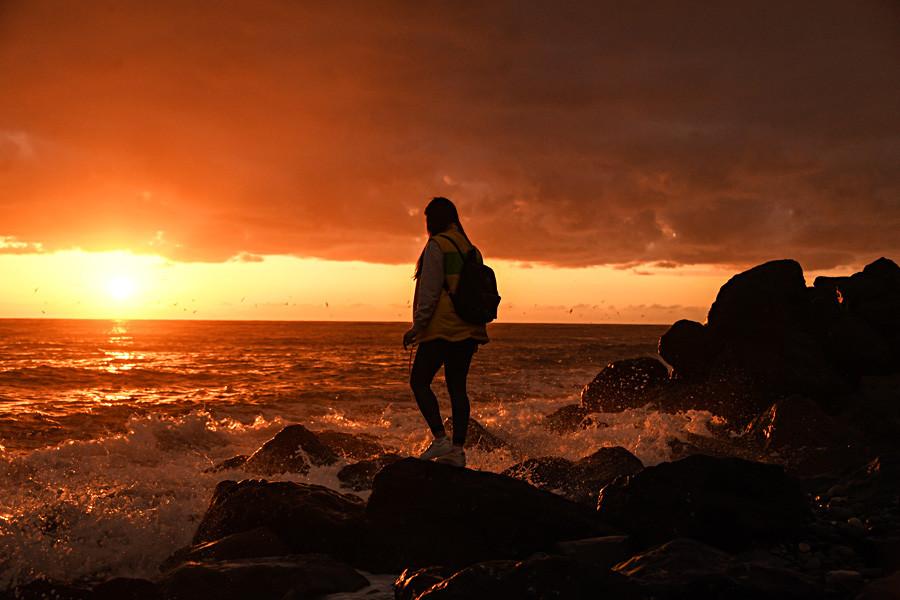 黒海の岸辺に立つ、第19回世界青年学生祭典参加者の少女