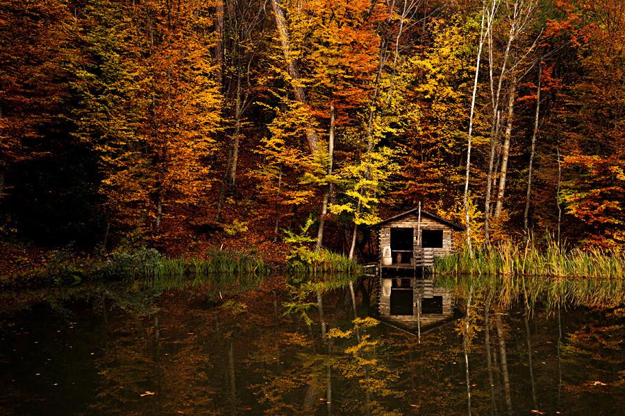 Sebuah pondok di tepi danau di Gunung Ai-Petri, Krimea.