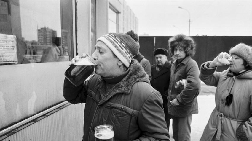 Санкт Петербург, Русия. 1 януари 1992 г. Хора пият бира пред улична будка.