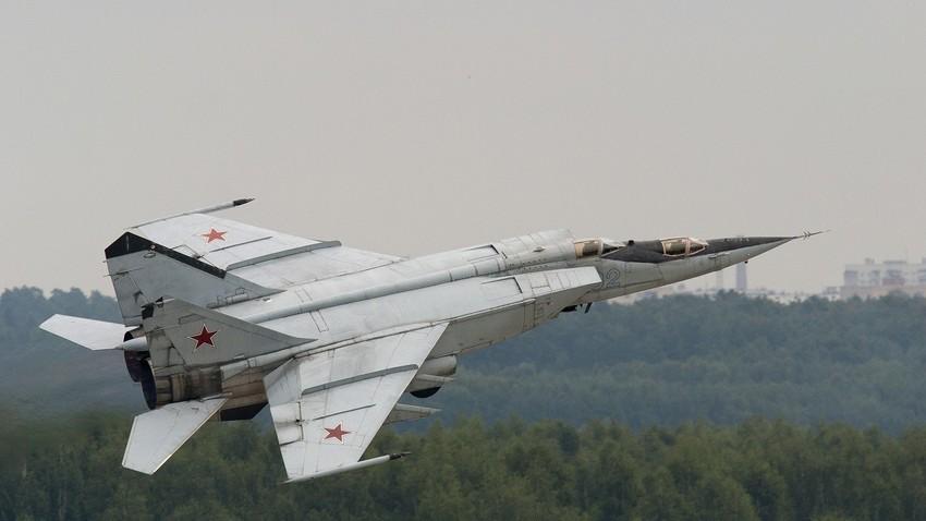 Budući da pri brzinama koje premašuju 2,5Ma dolazi do velikog zagrijavanja konstrukcije zrakoplova do temperature 300-400 stupnjeva °C, bilo je nemoguće koristiti tradicionalne materijale za izradu korpusa aviona MiG-25. Izvor: AP