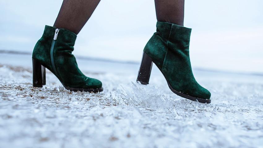 Bagaimana tetap menjaga penampilan saat meniti jalanan berlapis salju dan es di musim dingin?