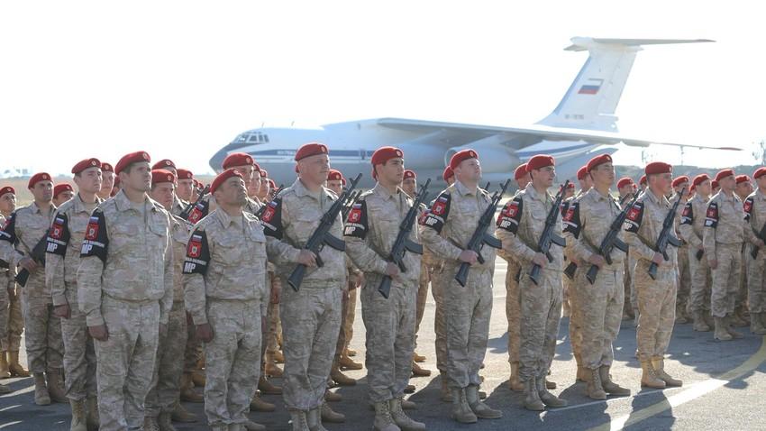 Ruski vojaki v bazi Hmejmim med obiskom Putina, ko je bil razglašen konec ruske vojaške operacije v Siriji