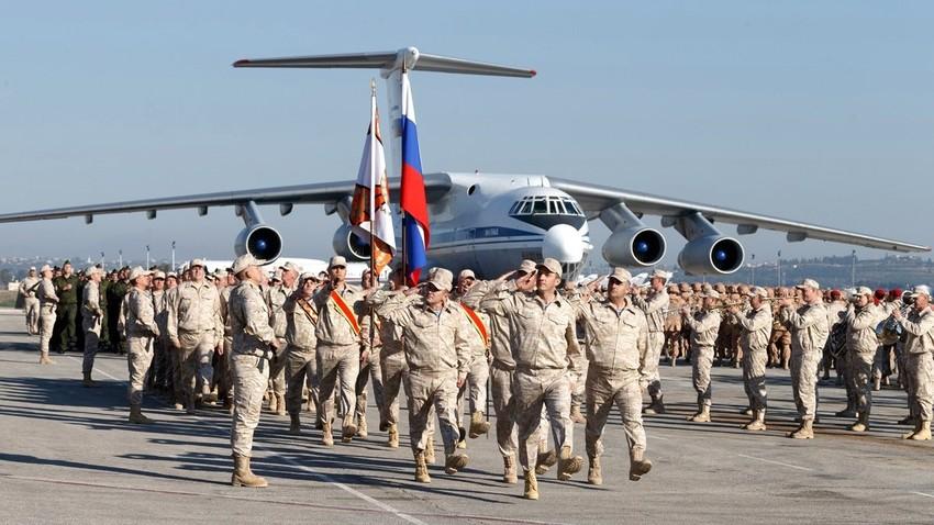 Parada ruskih vojaških enot, nameščenih v Hmejmimu decembra 2017.