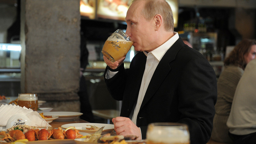 Vladimir Putin saat berkunjung ke sebuah restoran swalayan setelah mengikuti parade merayakan Hari Buruh Internasional di Moskow, 1 Mei 2012.