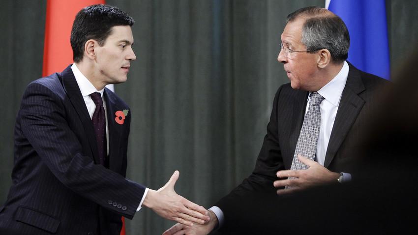 Министар спољних послова Русије Сергеј Лавров рукује се са британским колегом Дејвидом Милибандом на конференцији за новинаре после сусрета у Москви 2. новембра 2009.
