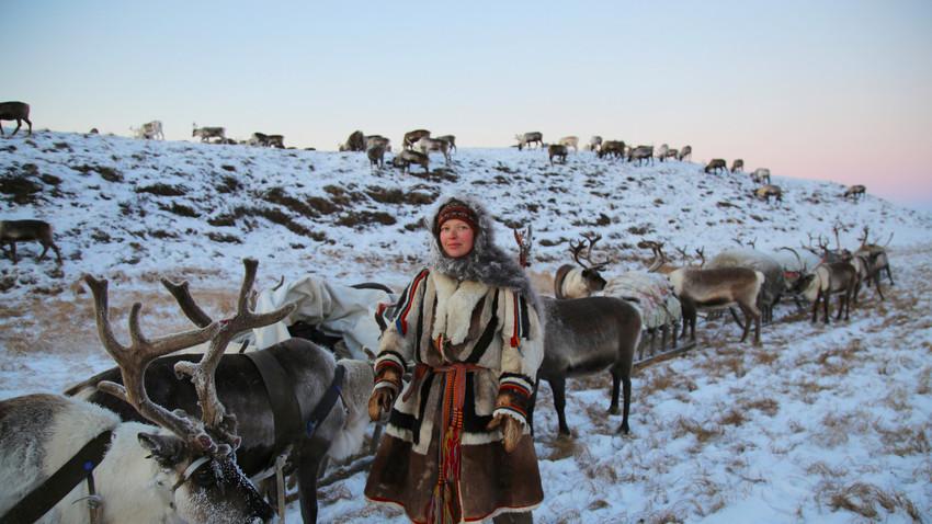 Ahli antropologi Aleksandra Terekhina bersama rombongan kereta luncur.