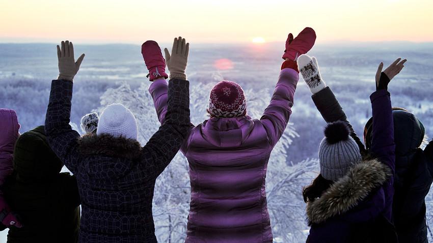 """Pessoas comemoram o primeiro nascer do sol de 2018 em Murmansk, que marca o fim da """"noite polar""""."""
