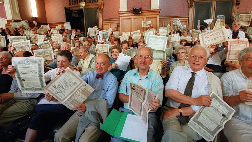 Proprietários de títulos russos mostram seus certificados em corte de Paris, em junho de 2011.