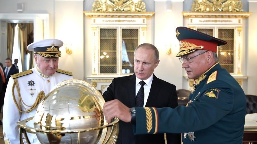 Адмирал Владимир Корољов (командант на Руската воена морнарица,), Владимир Путин и Сергеј Шојгу (министер за одбрана на РФ)