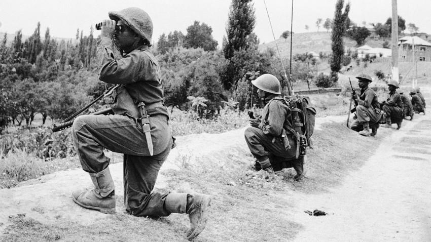 Vojaki indijske vojske na pakistanskih položajih v vasi na odprtem polju, Dongarpara, 1.300 m znotraj meje Vzhodnega Pakistana, 7. 12. 1971.