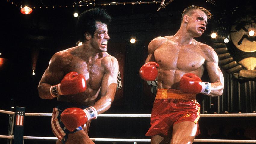 Sylvester Stallone golpea a Dolph Lundgren en la película 'Rocky IV', 1985.