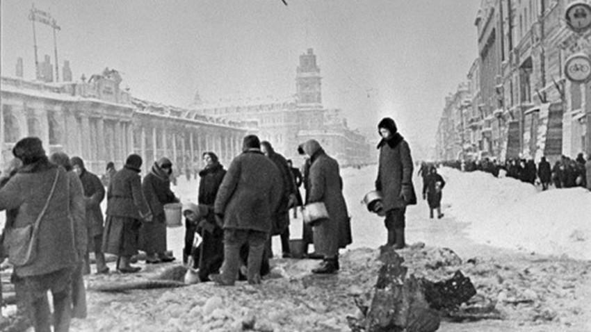 Људи у Лењинграду под опсадом захватају воду из јаме.