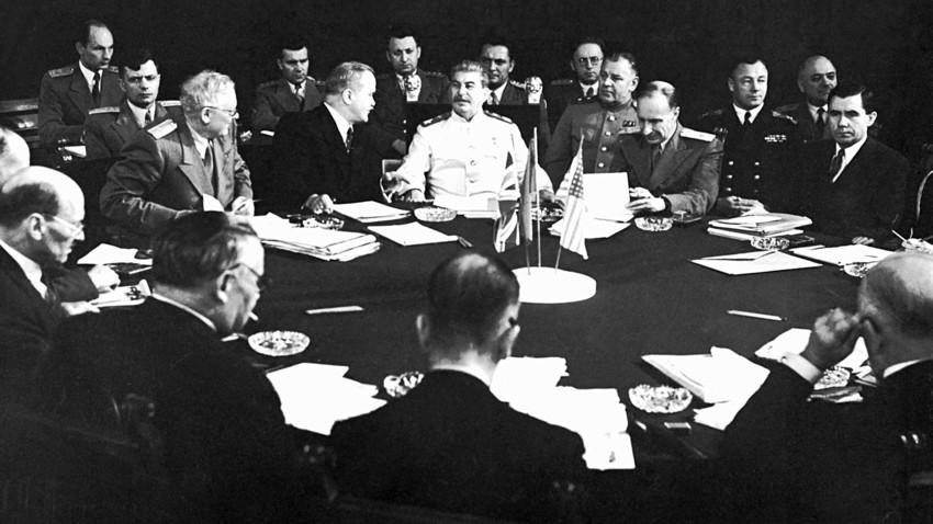 Јосиф Стаљин (у центру), Вјачеслав Молотов (лево), Андреј Вишински (десно) и други чланови совјетске делегације на Потсдамској конференцији. Берлин, јул-август 1945.
