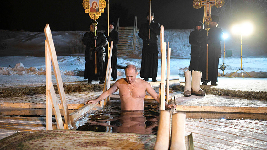 """Putin im Eisloch: Russlands Präsident begeht die """"Taufe des Herrn"""""""