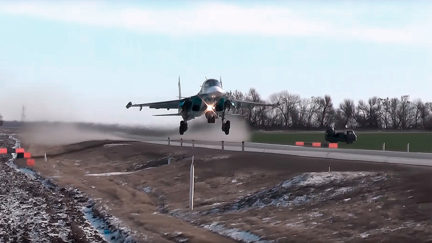 Russian Su-34 heavy bomber lands on rural highway 1000 km south from Moscow