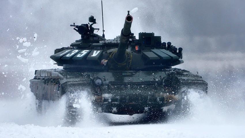 Руски танк Т-72БЗ в действие.