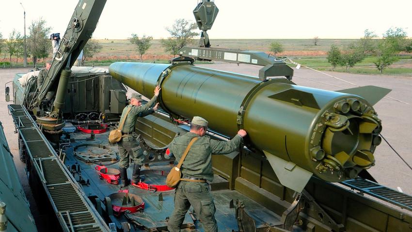 """Војници припремају ракету за лансирање на систему """"Искандер-М""""."""