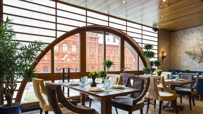 Restoran ini menawarkan sajian dan pemandangan cantik!