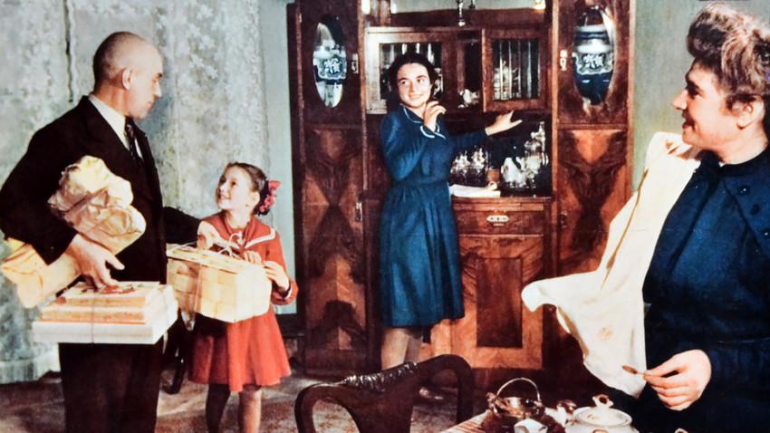 Famille soviétique dans un appartement des classes supérieures des années 1950