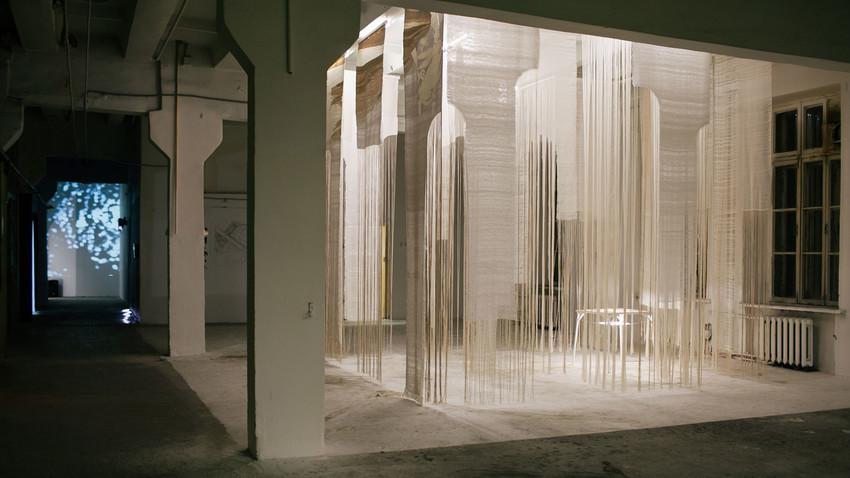 Pabellón blanco de Zhenia Machniova en la Bienal de los Urales.