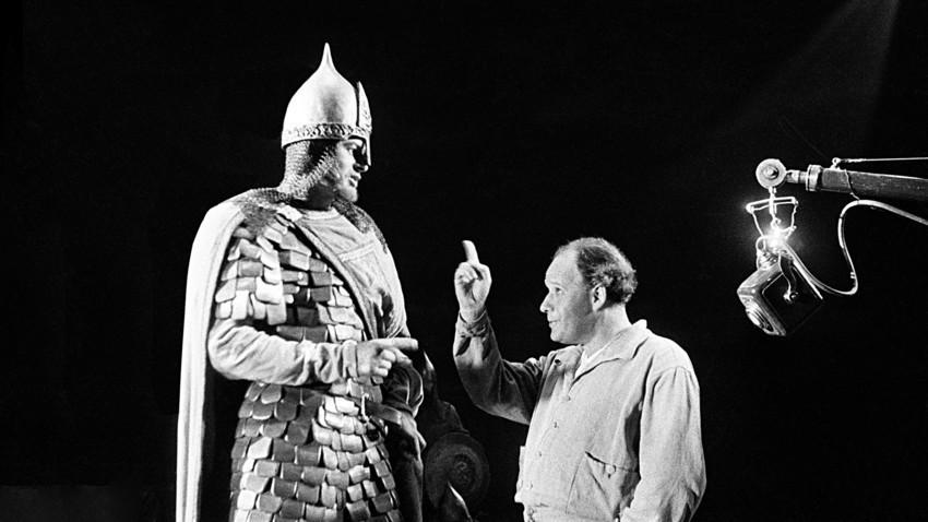 """Glumac Nikolaj Čerkasov i redatelj Sergej Ejzenštejn na snimanju filma """"Aleksandar Nevski."""" Moskva, 1938."""