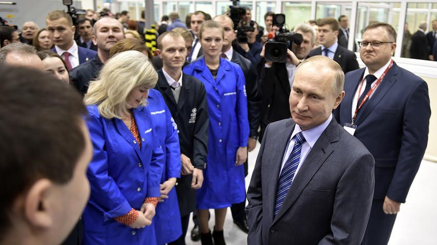 При посетата на фабриката, Путин одеднаш покажа и нежност.