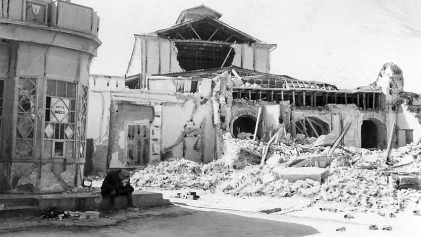 Према неким проценама 98% свих зграда у Ашхабаду је срушено у земљотресу, али је ретко ко знао за то.