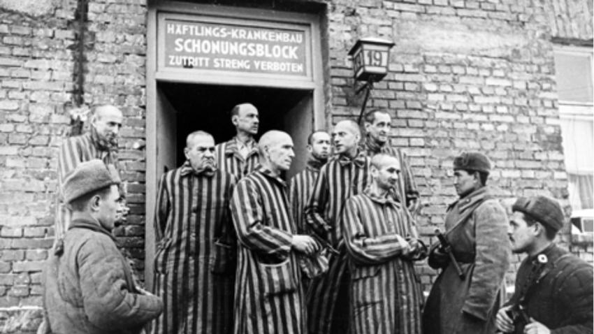 Žrtve nacističnega koncentracijskega taborišča Auschwitz (Oswiecim) in sovjetski vojaki