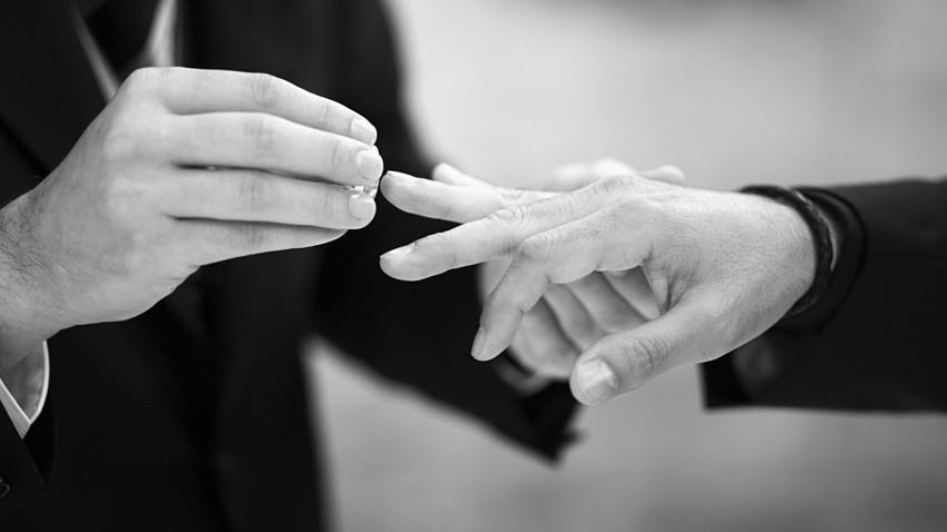 Una pareja asegura haber legalizado el primer matrimonio gay en Moscú.