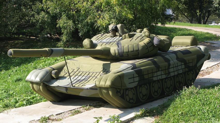 Un tanque inflable del ejército ruso.