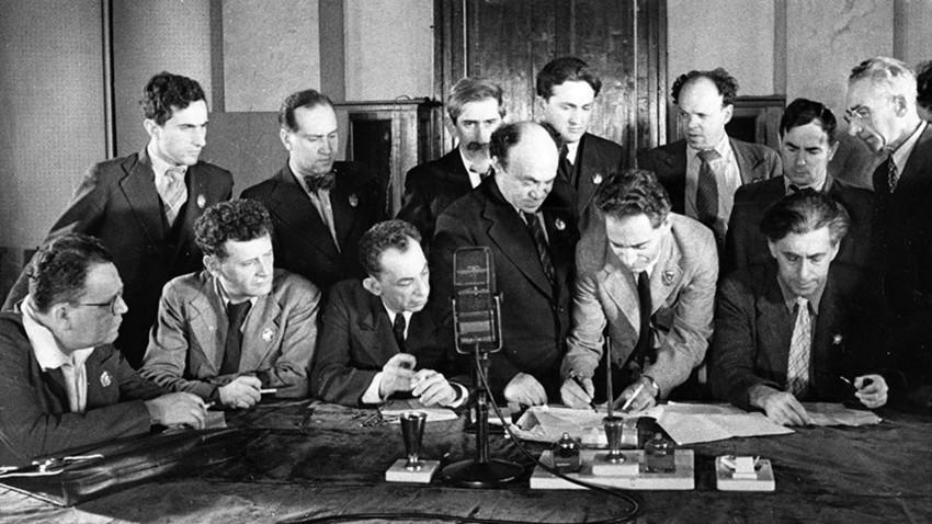Das Jüdische Antifaschistische Komitee (JAFC) brachte viele jüdische Künstler, Schriftsteller und Musiker zusammen, um einen Apell an die Juden in der Welt zu signieren, gegen Hitler und jede Form des Faschismus vorzugehen. Mitte: Solomon Michojels, 1941