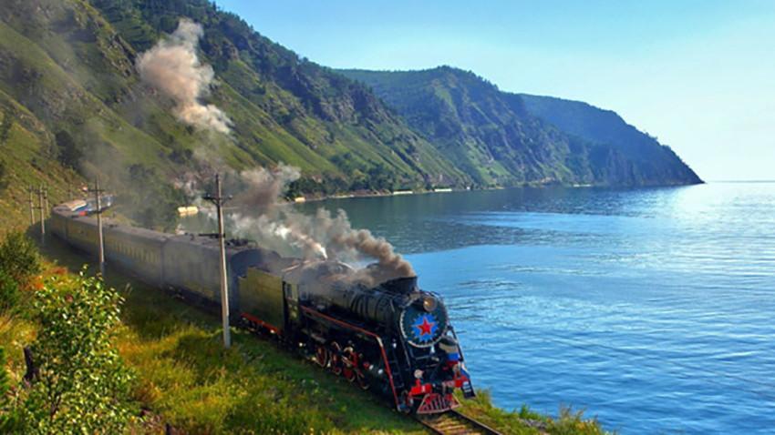 "Gerbong bertuliskan ""Moskow-Vladivostok"" siap menjelajah 9.300 km selama enam hari, menembus sembilan zona waktu."