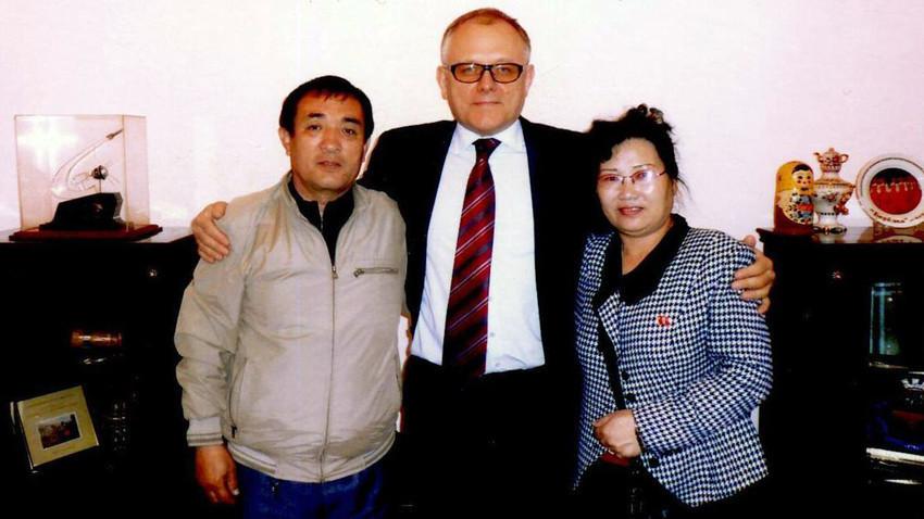 Vladimir Li (kiri) dan istrinya (kanan) berfoto bersama Dubes Rusia untuk Korea Utara Alexander Matsegora (tengah).