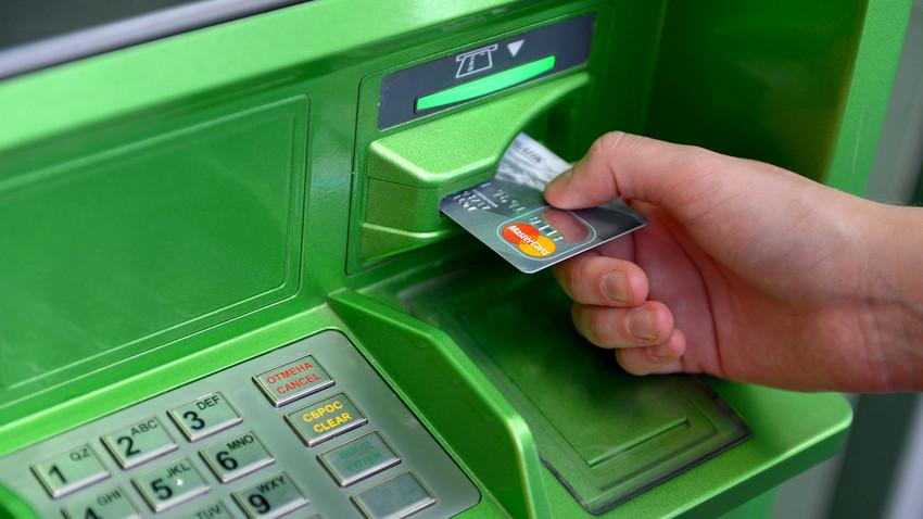 El Banco Central de Rusia advierte sobre el peligro de usar los cajeros falsos.