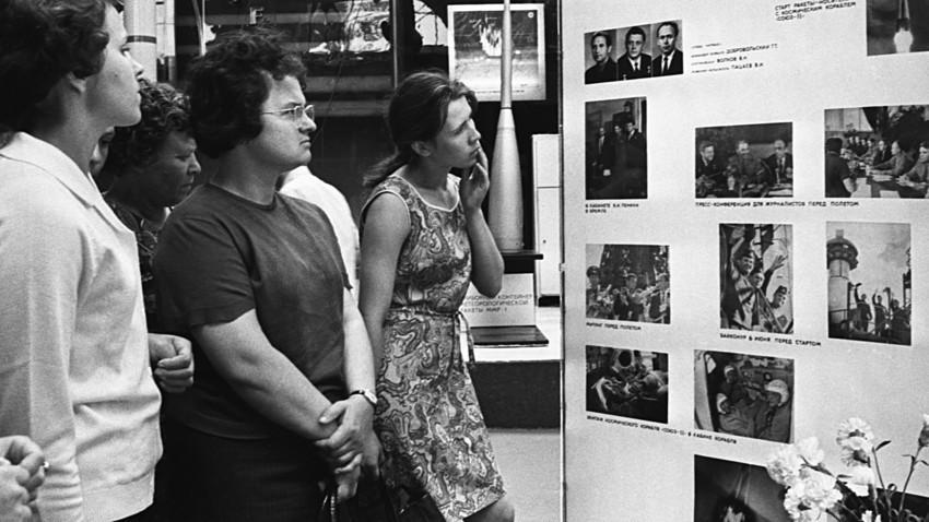 """Sovjetski građani čitaju vijest o pogibiji posade broda """"Sojuz 11"""", 1. srpnja 1971."""