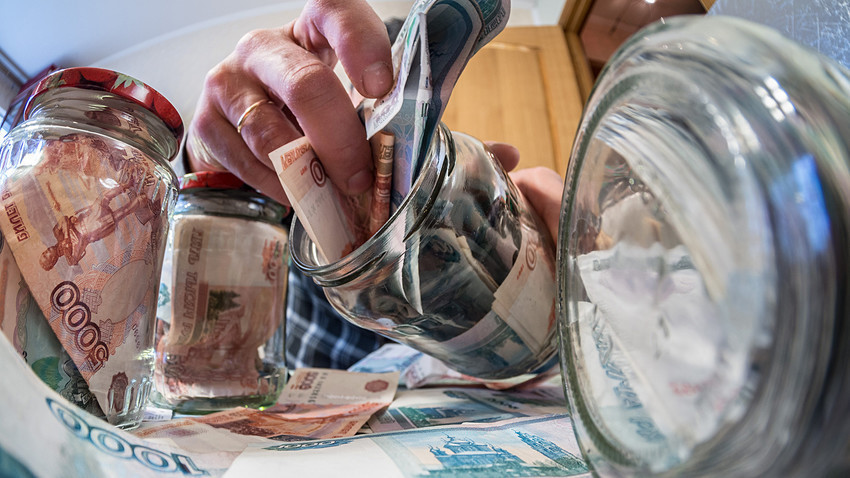 Таа испаничила и закопала слична сума пари во стаклени тегли во снегот во обид да изгледа дека некој друг да ја украл готовината.