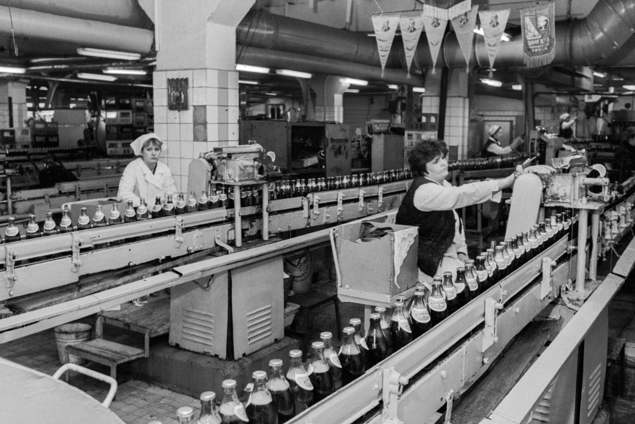 Работниците в завода произвеждат по 10 000 бутилки бира дневно. Москва, 1991 г.