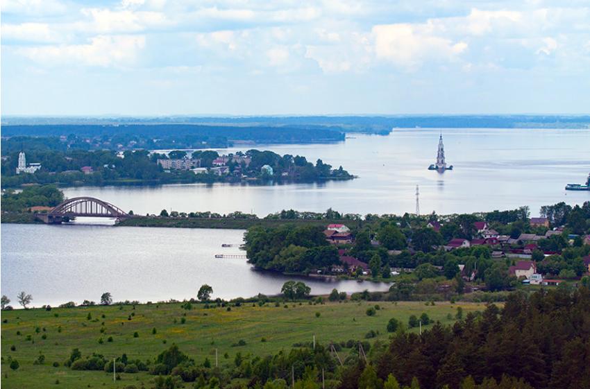 Panorama južnega dela Ribinskega akumulacijskega jezera.