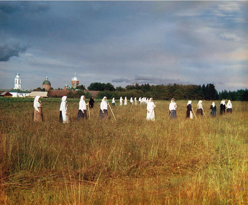 Žanjice Leušinskega ženskega samostana blizu Mologe (19. ali začetek 20. stoletja, obarvana fotografija)