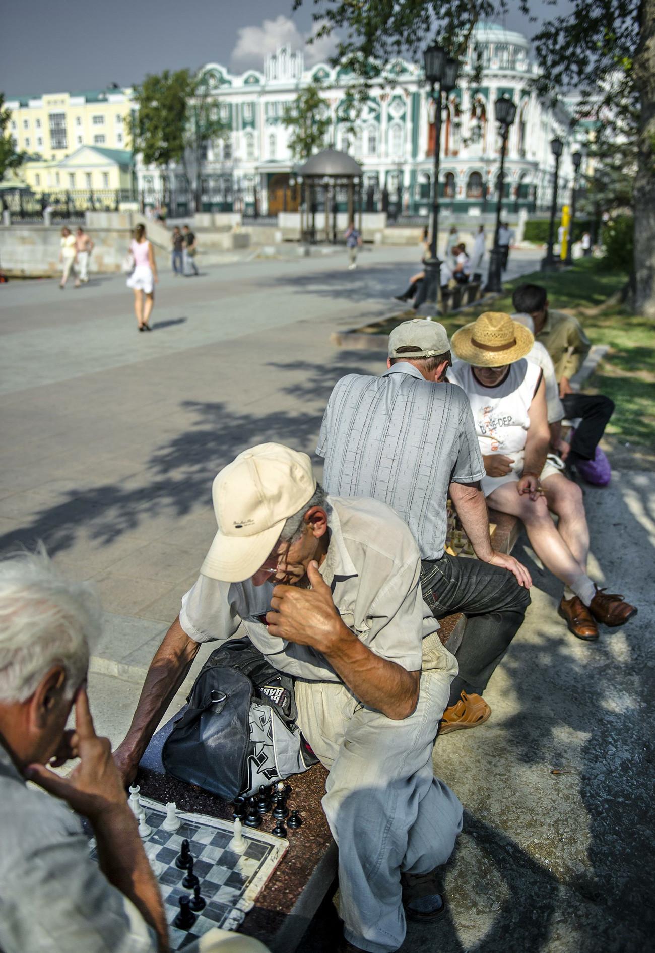Pensiunan bermain catur dekat Istana Gubernur, Ekaterinburg.