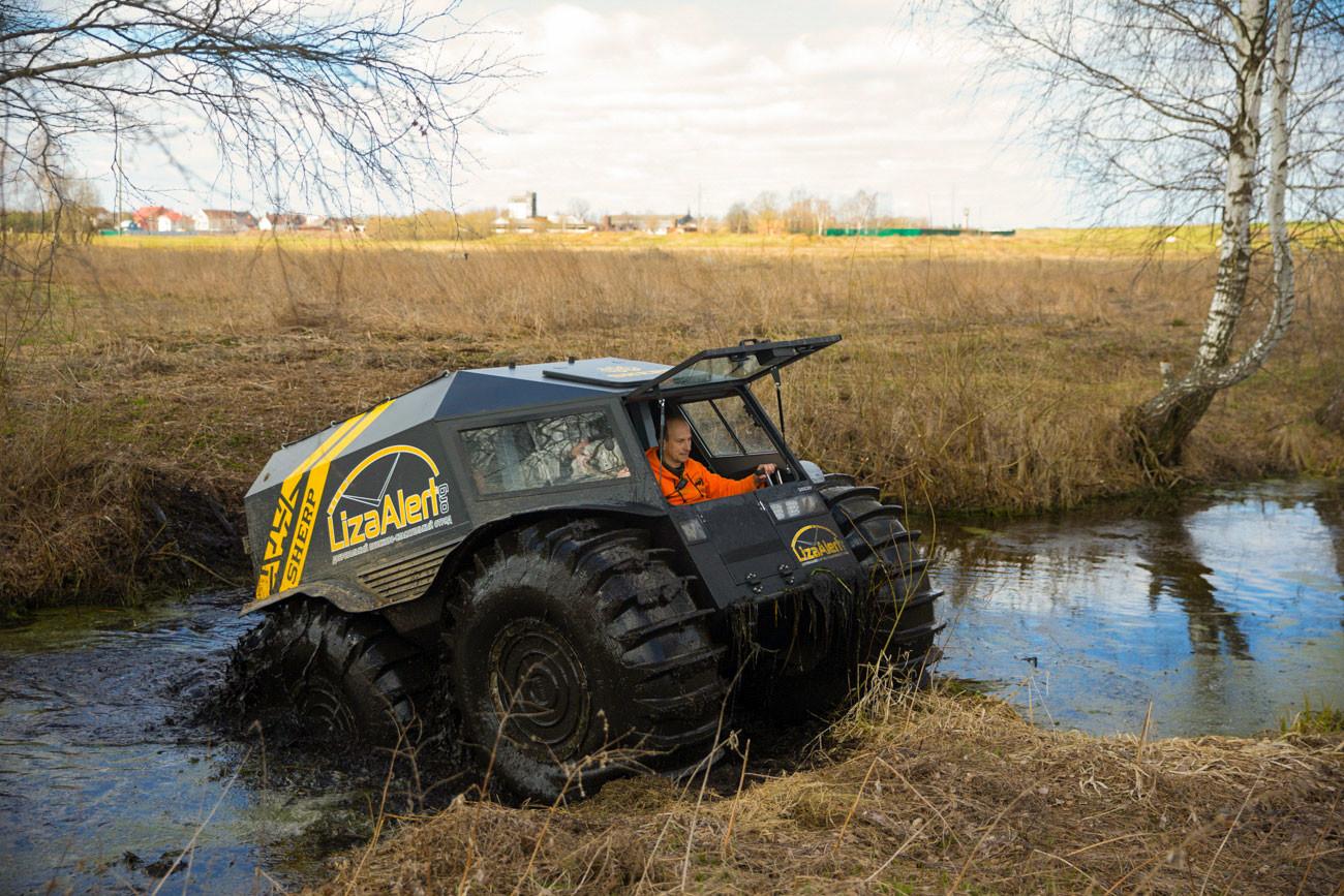 Kendaraan segala medan Sherp ORV digunakan dalam pencarian.
