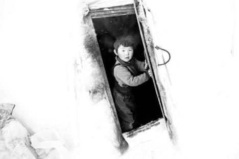 Deček Arhip Volkov, sin rejca jelenov Petra in varuhinje doma Jevgenije. S starši se seli po tundri od kraja do kraja.